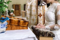 Μοντέρνη νύφη πολυτέλειας και κομψός νεόνυμφος, που κάνουν τους όρκους, συναισθηματικούς Στοκ φωτογραφίες με δικαίωμα ελεύθερης χρήσης