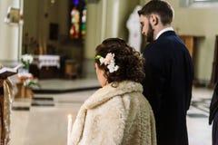 Μοντέρνη νύφη πολυτέλειας και κομψός νεόνυμφος, που κάνουν τους όρκους, συναισθηματικούς Στοκ φωτογραφία με δικαίωμα ελεύθερης χρήσης