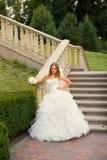 Μοντέρνη νύφη στο άσπρο φόρεμα Στοκ φωτογραφία με δικαίωμα ελεύθερης χρήσης