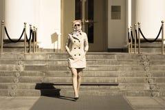 Μοντέρνη ξανθή επιχειρησιακή κυρία στο περπάτημα γυαλιών ήλιων Στοκ φωτογραφία με δικαίωμα ελεύθερης χρήσης
