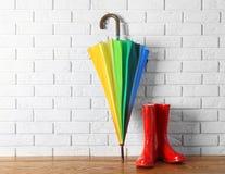 Μοντέρνη ομπρέλα ουράνιων τόξων και λαστιχένιες μπότες Στοκ Φωτογραφίες