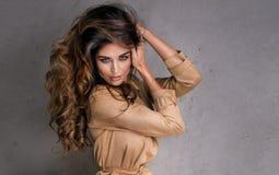 Μοντέρνη τοποθέτηση γυναικών brunette όμορφη Στοκ φωτογραφία με δικαίωμα ελεύθερης χρήσης