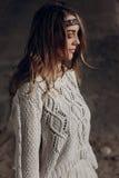 Μοντέρνη τοποθέτηση κοριτσιών brunette hipster υπαίθρια στο πλεκτό πουλόβερ Στοκ φωτογραφίες με δικαίωμα ελεύθερης χρήσης