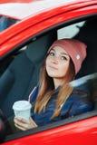 Μοντέρνη φίλαθλη γυναίκα brunette καθιερώνοντα τη μόδα αστικό σε outwear οδηγώντας ένα αυτοκίνητο με το μεγάλο άσπρο μίας χρήσης  Στοκ φωτογραφία με δικαίωμα ελεύθερης χρήσης
