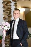 Μοντέρνη φωτογραφία γαμήλιων νεόνυμφων Όμορφος κομψός γενειοφόρος νεόνυμφος τοποθέτηση νεόνυμφων σε μια ημέρα γάμου στοκ εικόνα