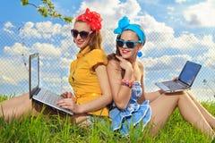 μοντέρνη χρησιμοποιώντας γυναίκα lap-top στοκ εικόνες