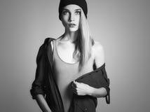 Μοντέρνη όμορφη νέα γυναίκα στο καπέλο ξανθό κορίτσι ομορφιάς στην ΚΑΠ Στοκ Εικόνες