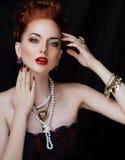 Μοντέρνη redhead γυναίκα ομορφιάς με το hairstyle και το μανικιούρ που φορά το μαργαριτάρι κοσμήματος κοντά επάνω Στοκ Εικόνες