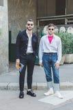 Μοντέρνοι άνθρωποι που θέτουν κατά τη διάρκεια των ατόμων του Μιλάνου εβδομάδα μόδας ` s Στοκ Φωτογραφία