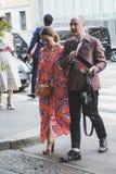 Μοντέρνοι άνθρωποι που θέτουν κατά τη διάρκεια των ατόμων του Μιλάνου εβδομάδα μόδας ` s Στοκ εικόνα με δικαίωμα ελεύθερης χρήσης