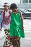 Μοντέρνοι άνθρωποι που θέτουν κατά τη διάρκεια των ατόμων του Μιλάνου εβδομάδα μόδας ` s Στοκ φωτογραφία με δικαίωμα ελεύθερης χρήσης