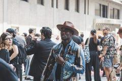 Μοντέρνοι άνθρωποι που θέτουν κατά τη διάρκεια των ατόμων του Μιλάνου εβδομάδα μόδας ` s Στοκ Εικόνες