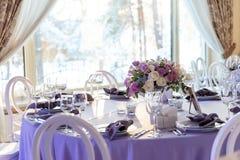Μοντέρνοι επιτραπέζιοι διορισμοί ενός γαμήλιου μεσημεριανού γεύματος στοκ εικόνες
