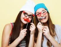 Μοντέρνοι προκλητικοί καλύτεροι φίλοι κοριτσιών hipster έτοιμοι για το κόμμα Άνω του YE Στοκ Εικόνα