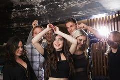 Μοντέρνοι φίλοι που χορεύουν και που χαμογελούν Στοκ φωτογραφία με δικαίωμα ελεύθερης χρήσης
