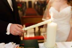 Μοντέρνοι χαριτωμένοι νεόνυμφος και νύφη στο παλαιό γοτθικό churc υποβάθρου Στοκ Εικόνες
