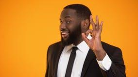 Μοντέρνος αφροαμερικανός επιχειρηματίας που παρουσιάζει εντάξει χειρονομία, διευθυντής ακίνητων περιουσιών απόθεμα βίντεο