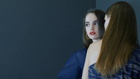 Μοντέρνος βλαστός φωτογραφιών, πρότυπα με το εκφραστικό makeup στα κομψά ενδύματα που θέτουν στο στούντιο απόθεμα βίντεο