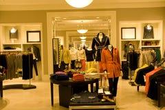 Μοντέρνος ιματισμός γυναικών στο κατάστημα στοκ εικόνες