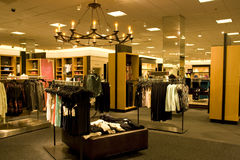 Μοντέρνος ιματισμός γυναικών στο κατάστημα στοκ φωτογραφία