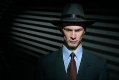 Μοντέρνος ιδιωτικός αστυνομικός νεαρών άνδρων στο καπέλο κοστουμιών και ρεπούμπλικων Στοκ φωτογραφίες με δικαίωμα ελεύθερης χρήσης