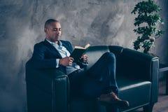 Μοντέρνος κομψός αριστοκρατικός κομψός καθιερώνων τη μόδα έξυπνος έξυπνος διανοητικός τύπος της Νίκαιας που φορά την εκτελεστική  στοκ φωτογραφίες με δικαίωμα ελεύθερης χρήσης