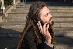 Μοντέρνος κομψός επιχειρηματίας dreadlocks Στοκ φωτογραφία με δικαίωμα ελεύθερης χρήσης