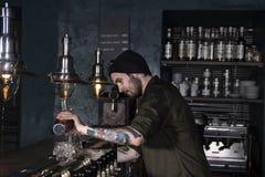 Μοντέρνος μπάρμαν που κατασκευάζει ένα κοκτέιλ Στοκ φωτογραφία με δικαίωμα ελεύθερης χρήσης
