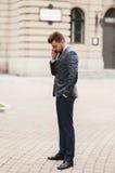 Μοντέρνος νέος επιχειρηματίας που μιλά στο τηλέφωνο υπαίθρια Στοκ Εικόνες