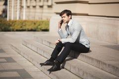 Μοντέρνος νέος επιχειρηματίας που μιλά στο τηλέφωνο υπαίθρια Στοκ Εικόνα
