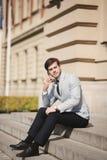 Μοντέρνος νέος επιχειρηματίας που μιλά στο τηλέφωνο υπαίθρια Στοκ φωτογραφία με δικαίωμα ελεύθερης χρήσης