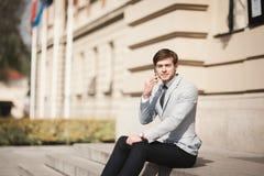 Μοντέρνος νέος επιχειρηματίας που μιλά στο τηλέφωνο υπαίθρια Στοκ εικόνα με δικαίωμα ελεύθερης χρήσης