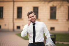 Μοντέρνος νέος επιχειρηματίας που μιλά στο τηλέφωνο υπαίθρια Στοκ φωτογραφίες με δικαίωμα ελεύθερης χρήσης