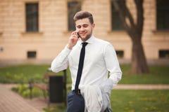 Μοντέρνος νέος επιχειρηματίας που μιλά στο τηλέφωνο υπαίθρια Στοκ Φωτογραφία