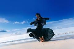 Μοντέρνος νέος πρότυπος χορός γυναικών στην παραλία στο ηλιοβασίλεμα Στοκ εικόνα με δικαίωμα ελεύθερης χρήσης