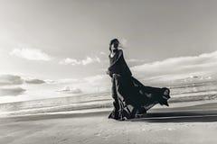 Μοντέρνος νέος πρότυπος χορός γυναικών στην παραλία στο ηλιοβασίλεμα Στοκ Εικόνες