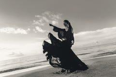 Μοντέρνος νέος πρότυπος χορός γυναικών στην παραλία στο ηλιοβασίλεμα Στοκ Φωτογραφίες