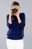 Μοντέρνος νέος φωτογράφος γυναικών Στοκ φωτογραφία με δικαίωμα ελεύθερης χρήσης