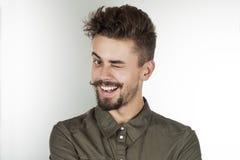 Μοντέρνος νεαρός άνδρας με ένα όμορφο χαμόγελο Στοκ φωτογραφίες με δικαίωμα ελεύθερης χρήσης