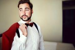 Μοντέρνος νεόνυμφος στο κόκκινο marsala κοστουμιών σμόκιν, burgundy δεσμός τόξων, επαγγελματικό hairstyle, γενειάδα, mustache γάμ στοκ φωτογραφία με δικαίωμα ελεύθερης χρήσης