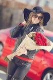 Μοντέρνος ξανθός με μια ανθοδέσμη των κόκκινων τριαντάφυλλων Στοκ εικόνα με δικαίωμα ελεύθερης χρήσης