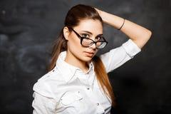 Μοντέρνος σπουδαστής νέων κοριτσιών σε μια άσπρη μπλούζα και γυαλιά σε μια DA Στοκ εικόνες με δικαίωμα ελεύθερης χρήσης