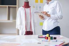 Μοντέρνος σχεδιαστής μόδας που συνεργάζεται με το κόκκινο ομοίωμα μέτρου Στοκ Εικόνες
