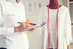 Μοντέρνος σχεδιαστής μόδας που συνεργάζεται με το κόκκινο ομοίωμα μέτρου ως sketc Στοκ Φωτογραφίες