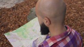 Μοντέρνος ταξιδιώτης ατόμων hipster με το χάρτη εκμετάλλευσης σακιδίων πλάτης και εξερεύνηση πάνω από τα βουνά, έννοια ταξιδιού Φ απόθεμα βίντεο