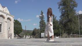 Μοντέρνος τουρίστας γυναικών που περπατά κατά μήκος εγκαταλειμμένη φιλμ μικρού μήκους