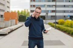 Μοντέρνος τύπος που συνδέεται στο διαδίκτυο με την ταμπλέτα και το κινητό τηλέφωνο ι Στοκ Εικόνες
