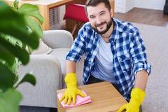 Μοντέρνος τύπος στα γάντια που το τραπεζάκι σαλονιού Στοκ εικόνα με δικαίωμα ελεύθερης χρήσης