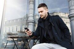 Μοντέρνος τύπος στη συνεδρίαση πτώσης outft στον πίνακα στην οδό Στοκ Εικόνες