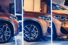 Μοντέρνος φωτεινός αυτόματος παρουσιάζει διάφορα νέα αυτοκίνητα που σταθμεύουν στην αποθήκη εμπορευμάτων εμπόρων ` αυτοκινήτων, σ Στοκ εικόνες με δικαίωμα ελεύθερης χρήσης